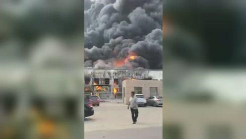 山东青岛一厂区突发大火浓烟滚滚 旁边就是一处加油站令人揪心
