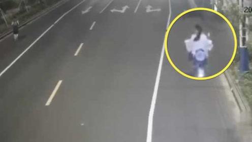 危险!女子骑车偷瞄跑步帅哥,怼翻前车撞伤骑车老人