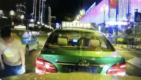 出租车突然溜车撞上后车,的哥下车看了眼淡定离开