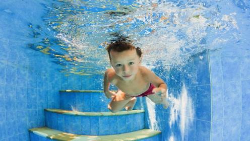 为何有些人可以在水里睁开眼睛,有些人却做不到?原因很简单