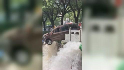 面包车为避让行人撞断桥边供水管 造成多户家中停水