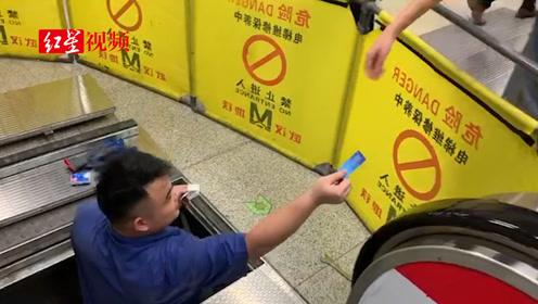 男孩公交卡掉电梯缝隙,工作人员抗现场拆电梯取卡
