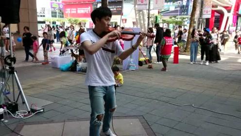 广场上的傍晚,帅哥一首小提琴曲,征服所有人