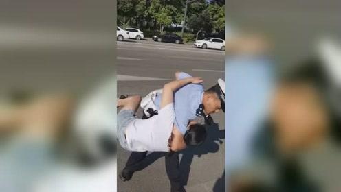 女子未系安全带被查后当场撒泼 交警警告无效后一个抱摔按倒女子