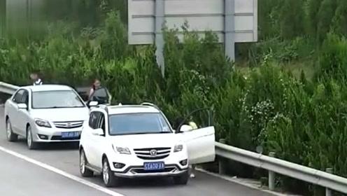 监控下尴尬瞬间,女司机高速上这样解决尿急