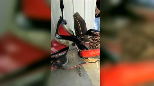 工地上的工人手脚不干净,现场被逮住了