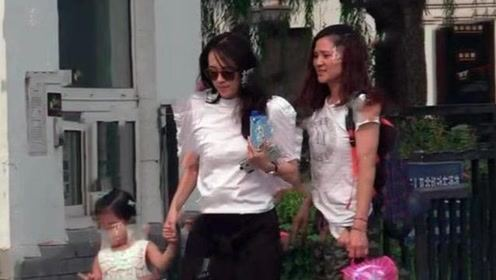 章子怡收工忙接女儿放学,小腿粗壮腰身抢镜,与醒醒穿亲子碎花裙