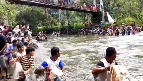 水库放水几十人撒网捕鱼,有人直接站在了水里