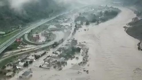 汶川多地发生泥石流 泥浆堵塞隧道 车漂浮在水中