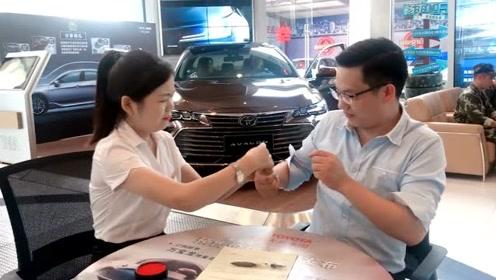 卖车的小姐姐顾不上形象了,手指一按,提成到账
