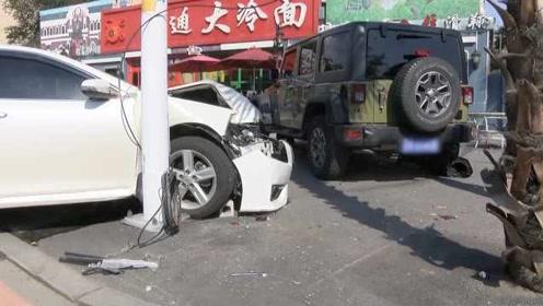 小伙撞完护栏再撞路边吉普车,吉普车司机见状立马往回跑
