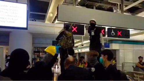黑衣人元朗地铁站闹事与防暴警察对峙 港铁竟安排专列免费护送