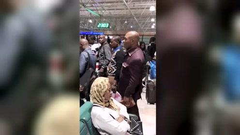 这是飞往广州的航班,感觉被黑人包围了