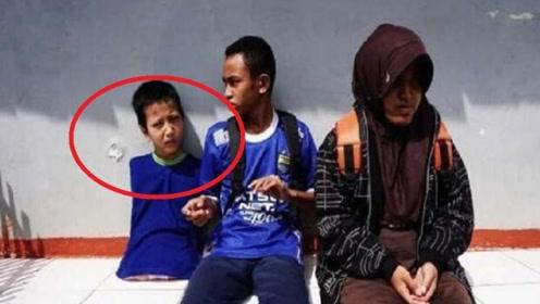 小男孩天生没有四肢,但11岁时他却成为了游戏高手!