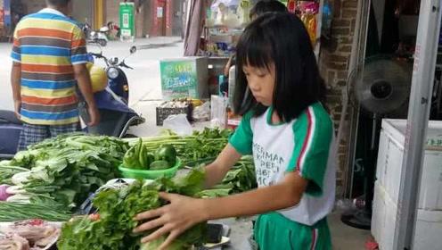 9岁女孩暑假体验摆摊卖菜,妈妈:历练她的胆量