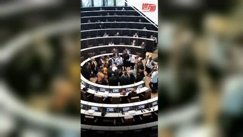 南非一市长被发起不信任动议 议员会上集体唱跳表达不满