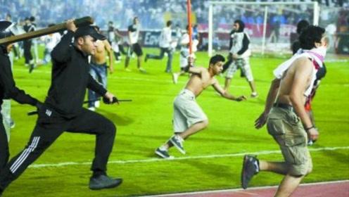 足球场上球迷的骚操作集锦:挑衅球员被反杀,拳打脚踢不留情