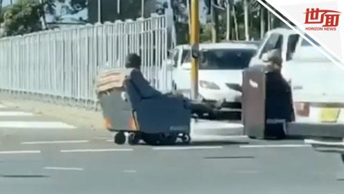 """懒人的境界!男子坐沙发在街头""""漂移""""看呆路人"""