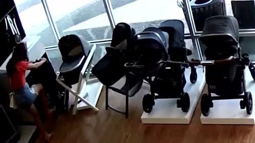 女子偷走商家婴儿车后 居然把自己孩子忘在了店里