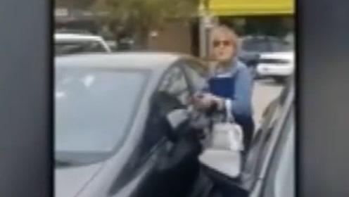 """现场!白人女子擦撞华裔车辆 还让对方""""滚回中国""""遭网友痛批"""
