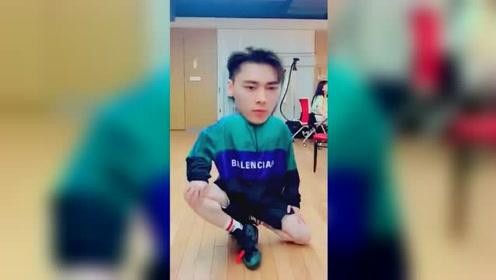 李易峰大头特效走秀:一言不合就调皮,帅不过3秒!