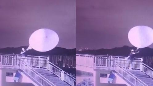 站不住jio!台风天放飞探空气球 气象小哥拉着气球在风中摇摆