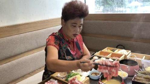 每顿菜单1米长!6旬大妈做大胃王吃播:不要抱孙子,只要开心