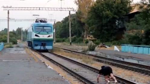 """男子想当网红躺轨道中间拍摄""""火车碾自己"""",结果悲剧了"""