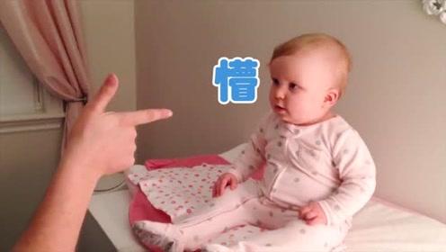 爸爸用手对着宝宝开枪,下一秒宝宝神配合,真是太呆萌了