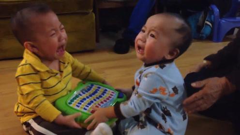 爷爷给双胞胎买玩具,结果只买了一个,小哥俩抢的鬼哭狼嚎