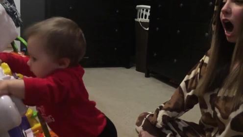 妈妈在小宝宝身后突然打了一个大大的嗝,小娃瞬间吓懵了,赶紧跑