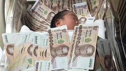 宝宝刚生下,被家人用200万现金差点压死,医生劝阻反而悲剧了