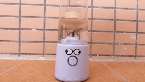 小伙将鸡蛋丢入榨汁机里,一按开关瞬间舒服了
