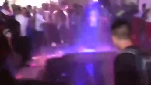 哥伦比亚首都一家酒吧舞池坍塌 30多人被困