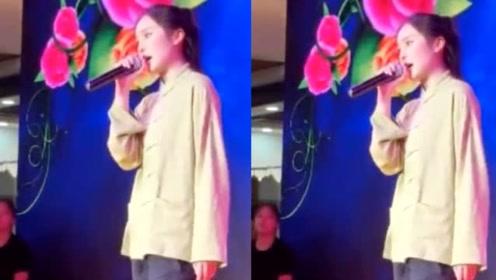 赵本山女儿球球驻唱被偶遇 中国风打扮帅气唱歌有范