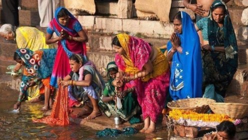 印度妇女洗衣服,方式另类引网友吐槽,当地人表示很受欢迎