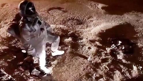 """印度小哥穿上宇航服,在月球上""""漫步""""?结果身边出现一辆三轮车"""