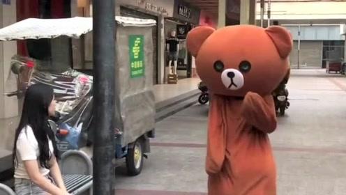 网红熊越来越放肆了,竟然敢在街上强撩小姐姐,这下被人整了吧