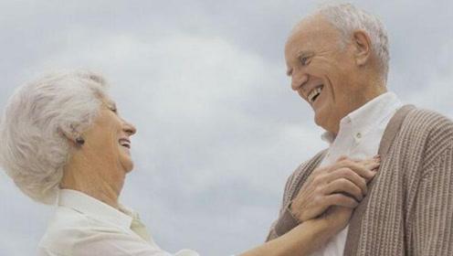 """为什么老年人都长""""老年斑""""?营养师教你2个办法,让你轻松避免"""