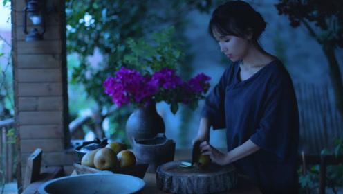 山村少女为奶奶熬制秋梨膏,止咳润肺好味道,奶奶喝完笑开了花!