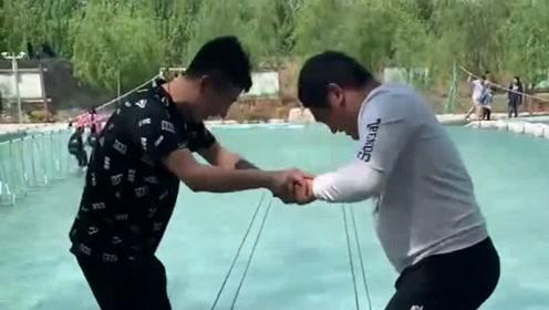兄弟俩挑战同心桥,看到最后的结果,网友:互相伤害!