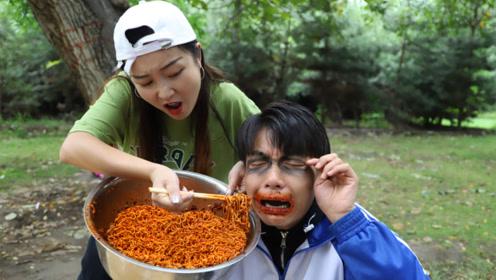 吃火鸡面中再来一碗,熊孩子中奖却吃了一盆,吃了三天嘴都辣肿了