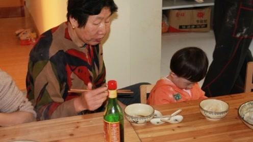 大妈偷割邻居韭菜包饺子,孙子中毒后索赔50万,邻居:你活该!