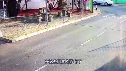 车主忘记锁车门,小偷路过捡了便宜
