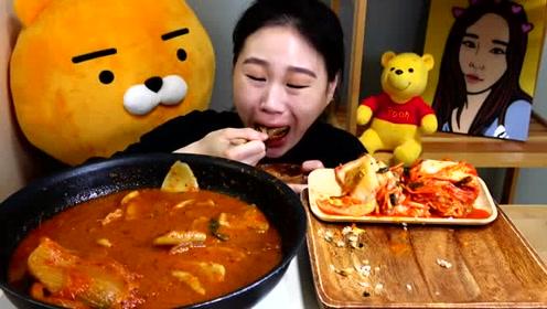 韩国卡妹吃泡菜肥肠炖粉条和紫菜饭团,味道辛辣很下饭