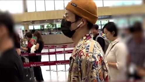 超暖!王嘉尔机场见粉丝摔倒,赶紧上前搀扶还给予贴心问候