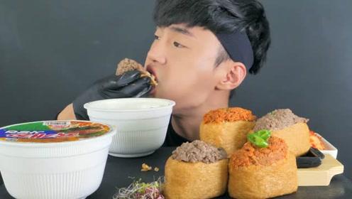 韩国润哥吃泡面和豆腐寿司,两口一个塞得嘴巴鼓鼓的