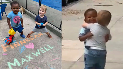 心都化了!好友分别2天不见,黑人小孩和白人小孩街头深情相拥