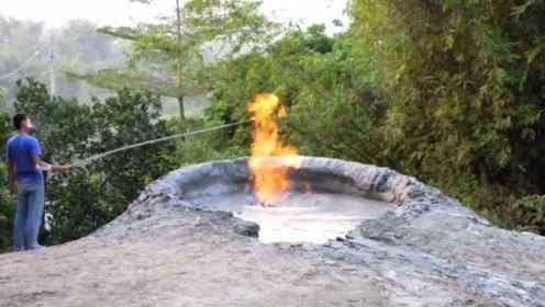 山顶上发现一个奇怪冒泡的泥坑,点火就能燃烧起来