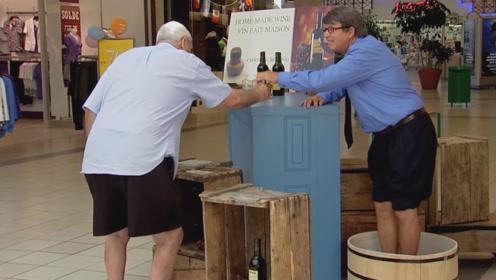 鲜榨葡萄酒竟是脚踩出来的?看到制作过程后,路人表示想呕吐